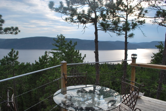 Terrasse avec vue sur le Saguenay (c) MEB