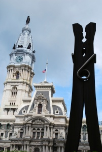 Clothespin de l'artiste suédois Oldenburg et le City Hall de Philadelphie